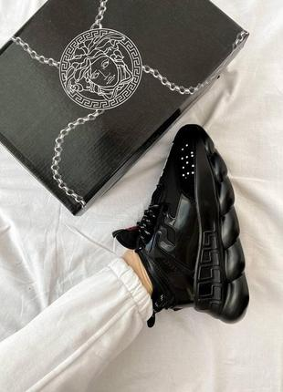 Женские чёрные трендовые кроссовки на массивной подошве под известный бренд chain reaction чорні жіночі трендові кросівки під відомий бренд
