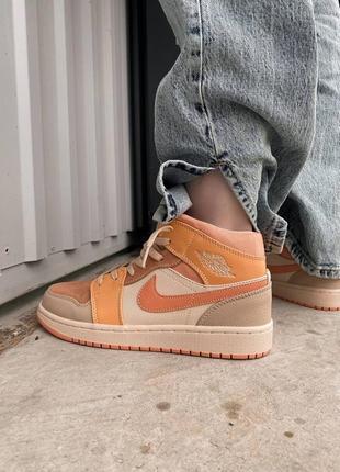 Женские оранжевые персиковые трендовые кроссовки найк жіночі помаранчеві персикові кросівки джордан nike jordan 1 retro apricot orange