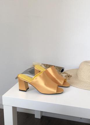 Желтые босоножки na-kd