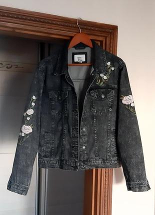 Стильная серая джинсовка с вышивкой