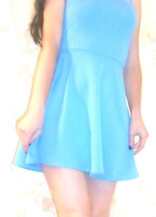 Коротка сукня з відкритою спиною.