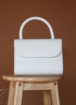 Белая сумка с фукторой под кожу питона