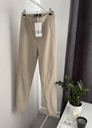 Бежевые кожаные брюки zara