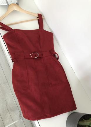Платье bershka красное замшевое замша на бретелях осенее бордовое мини с поясом с пряжкой