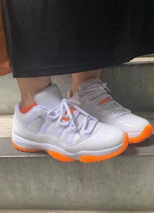 Женские белые оранжевые стильные кроссовки найк джордан жіночі білі помаранчеві трендові зручні кросівки nike air jordan 11 retro low citrus