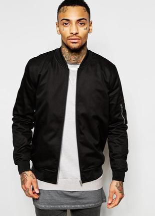 Осенняя мужская куртка бомбер с карманом на рукаве черная