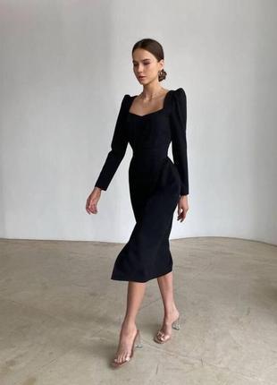 Платье с разрезом и декольте