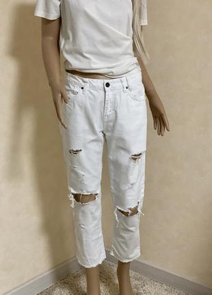 Белые рваные джинсы zara