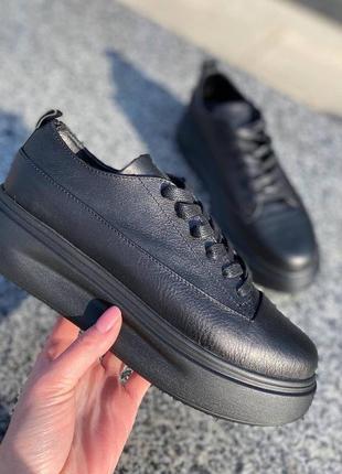 Черные кожаные кеды на ровной подошве