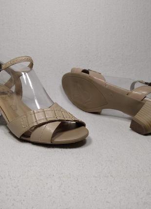 Босоножки бежевые на среднем каблуке  caprice _09059