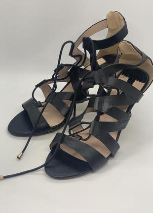 Стильные босоножки на шнуровке 40р