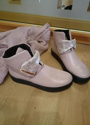 Шикарные кожаные ботинки пудра