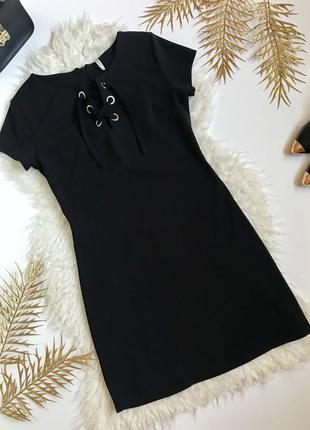 Модное чёрное платье со шнуровкой