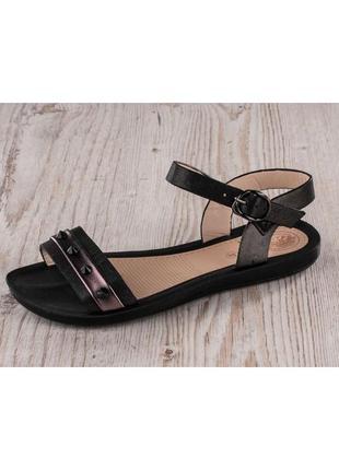 Черные сандали с шипами на низком ходу