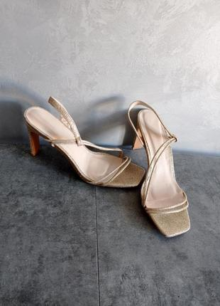 Золотистые золотые блестящие босоножки с квадратным носом носком и каблуком
