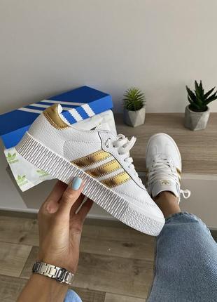 Шикарные женские кроссовки adidas samba белые с золотыми полосами