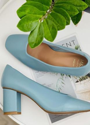 Нежно голубые туфли на квадратном каблуке