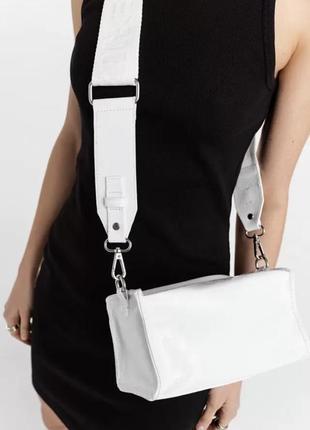 Лаковая сумка необычной формы через плечо