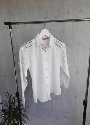 Бела блузка для девочки