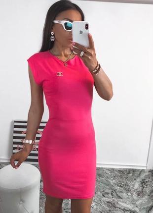 Женское короткое платье по фигуре