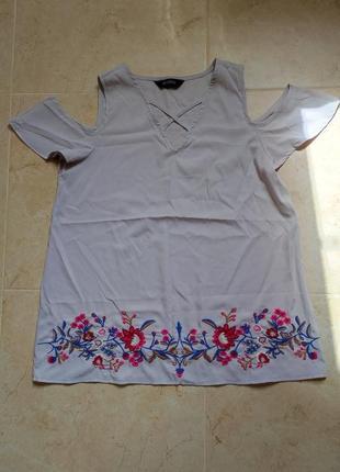Блуза футболка с открытыми плечами и вышивкой
