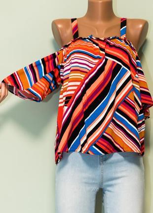 Яркая актуальная блуза с открытыми плечами и рукавами-воланами