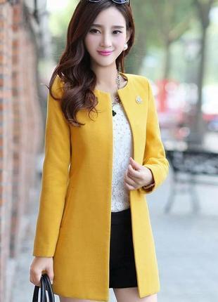 Пальто короткое классическое желтое без пуговиц с брошью