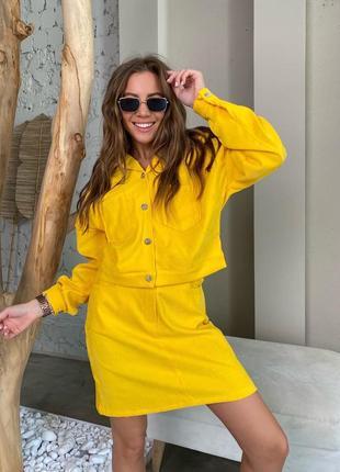 Яркий желтый костюм с юбкой и курткой