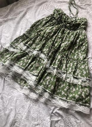 Милое платье с рюшами в цветочек зелёное с кружевом