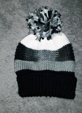 Прикольная трехцветная шапка с бубоном