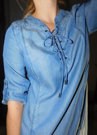 Джинсовое платье из денима с шнуровкой на груди длины миди