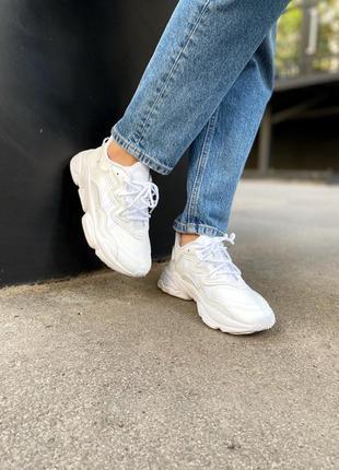 Женские стильные осенние кроссовки adidas ozweego white