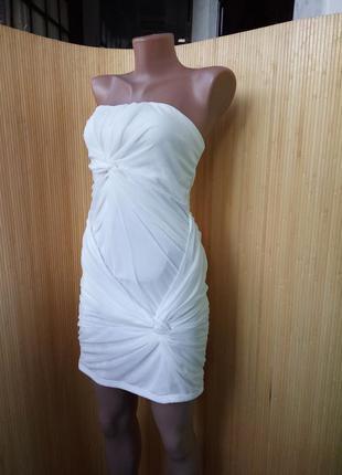 Белое нарядное платье по фигуре с открытыми плечами