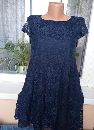 Платье  синего цвета.