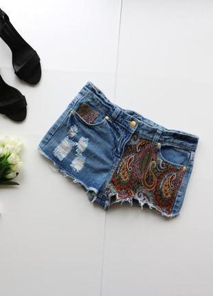 Стильные джинсовые шорты с дырками