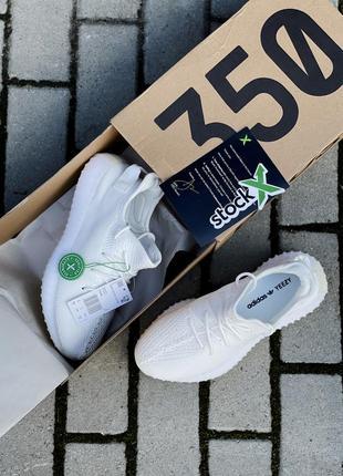 Стильные женские кроссовки демисезонные adidas yeezy 350 белые текстильные адидас изи