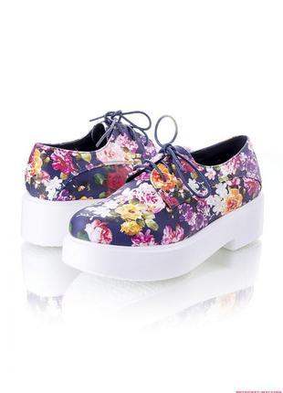 Женские туфли с цветочным принтом средний каблук