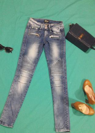 Молодежные джинсы, с интересными рельефными коленками