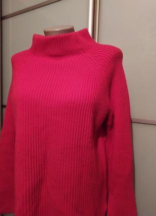 Красивый яркий свитер