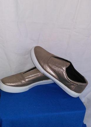 Фирменные очень красивые кроссовки