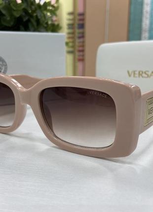 Женские солнцезащитные очки прямоугольные в массивной пудровой оправе с коричневыми линзами градиент