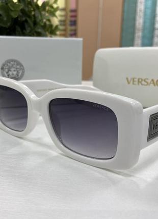 Женские солнцезащитные очки прямоугольные в массивной белой оправе с широкими дужками