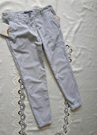 Зауженные хлопковые штаны с боковыми карманами