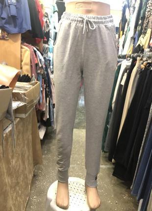 Серые прогулочные брюки на манжете