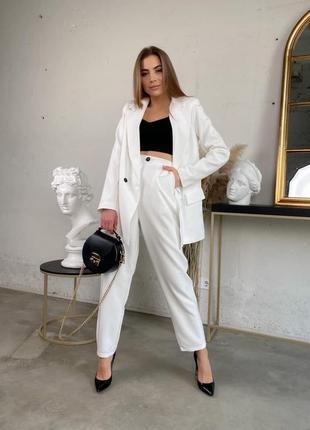 Белый брючный костюм (штаны бананы с пиджаком на подкладке)