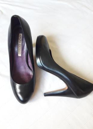 Елегантні чорні шкіряні туфлі на каблуку