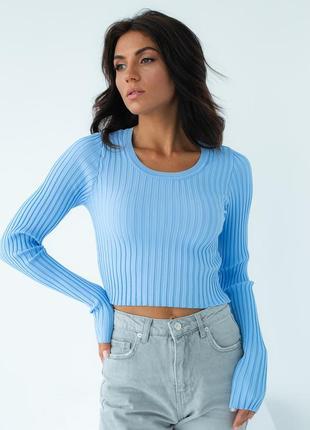 Голубой укороченный пуловер в рубчик