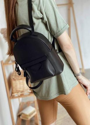 Вместительный рюкзак с объёмным карманом