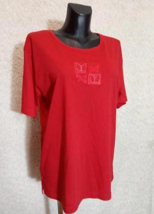 Яркая красная футболка с вышивкой