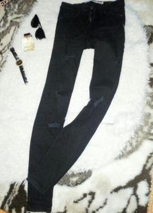 Черные джинсы с дырками zara
